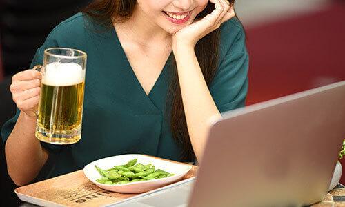 オンラインギャラ飲みに参加する女性